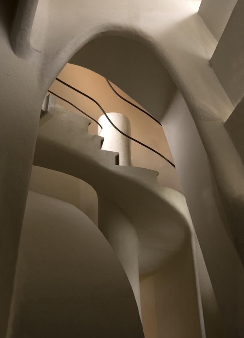 casa-batllo-stairs-2-35-1080